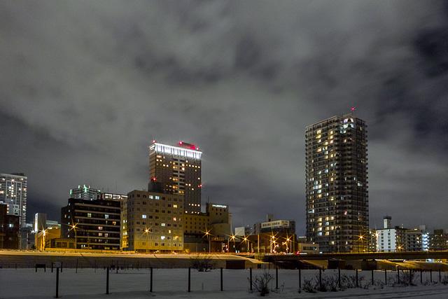 豊平川河川敷 中島公園とすすきの近辺のマンションとホテル群